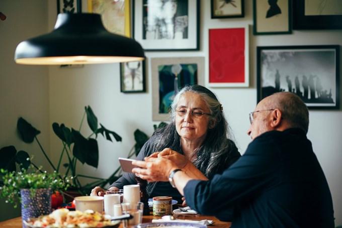 Mann og dame ser på telefonen. Foto
