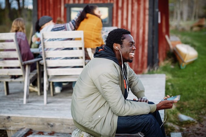 Smilende mann snakker i telefonen. Foto