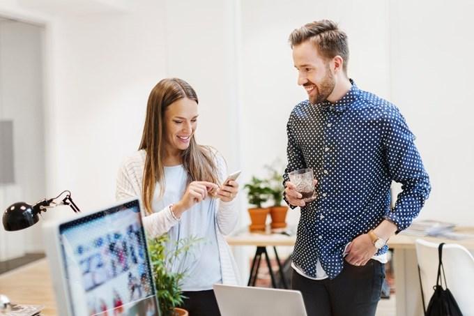Kvinne og mann på kontoret   Foto
